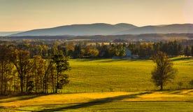 Vista de los campos de granja y de las montañas distantes de Longstreet Observ imagenes de archivo