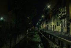 Vista de los canales de agua vacíos de Navigli en Milán en la noche - 1 imagenes de archivo