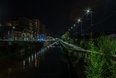 Vista de los canales de agua vacíos de Navigli en Milán en la noche - 1 foto de archivo libre de regalías