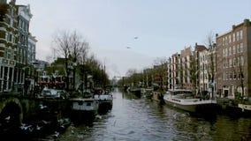Vista de los canales de la ciudad de la herencia (Brouwersgracht) de Amsterdam almacen de metraje de vídeo