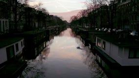 Vista de los canales de la ciudad de la herencia (Jacob van Lennepkanaal) de Amsterdam almacen de video