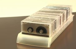 Vista de los casetes de cinta de audio viejos aislados en fondo fotografía de archivo