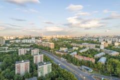 Vista de los cuartos residenciales modernos de Moscú en la puesta del sol encima del tejado Imágenes de archivo libres de regalías