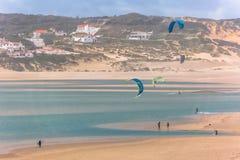 Vista de los deportes de profesionales que practican los deportes extremos Kiteboarding en la laguna de Obidos imagen de archivo libre de regalías
