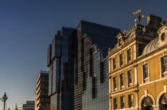 Vista de los dos edificios, una combinación de viejo y nuevo architec Foto de archivo