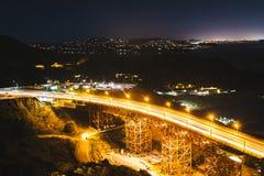 Vista de los E.E.U.U. 101 en la noche Fotografía de archivo libre de regalías