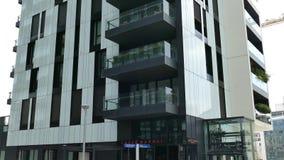 Vista de los edificios de la arquitectura en el distrito de Porta Nuova, Milán, Italia 1 almacen de video
