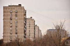 Vista de los edificios residenciales grises foto de archivo