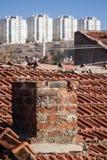 Vista de los edificios urbanos de la transformación sobre un tejado viejo de la casa Foto de archivo
