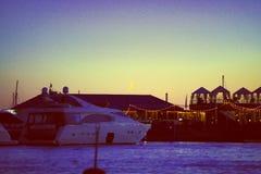 Vista de los embarcaderos del yate y de la luna , vida nocturna y restaurantes en el agua fotografía de archivo