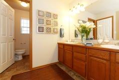 Vista de los gabinetes y del retrete de cuarto de baño Foto de archivo