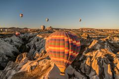 Vista de los globos del aire caliente que vuelan por todo la región de Cappadocia durante la salida del sol, Turquía foto de archivo libre de regalías