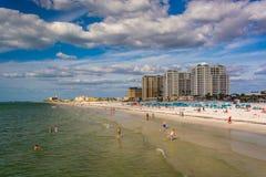 Vista de los hoteles frente al mar y de la playa del embarcadero de la pesca adentro fotografía de archivo