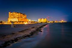 Vista de los hoteles frente al mar y de la playa del embarcadero de la pesca en fotos de archivo