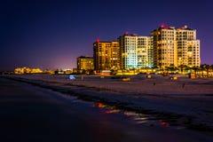 Vista de los hoteles frente al mar y de la playa del embarcadero de la pesca en fotografía de archivo