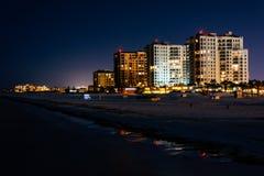 Vista de los hoteles frente al mar y de la playa del embarcadero de la pesca en imagenes de archivo