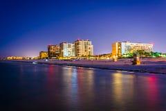 Vista de los hoteles frente al mar y de la playa del embarcadero de la pesca en fotografía de archivo libre de regalías