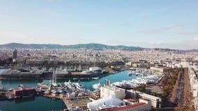Vista de los hoteles y de las playas apretadas de la ciudad de vacaciones existencias Vista superior de la ciudad situada en la p metrajes