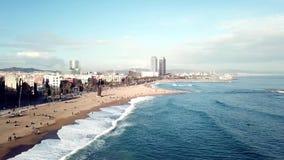 Vista de los hoteles y de las playas apretadas de la ciudad de vacaciones existencias Vista superior de la ciudad situada en la p almacen de video