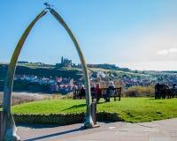 Vista de los huesos de la ballena, símbolo de la ciudad de Whitby con la abadía en fondo Imagen de archivo