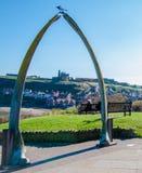Vista de los huesos de la ballena, símbolo de la ciudad de Whitby con la abadía en fondo Foto de archivo