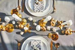 Vista de los huevos de Pascua de las codornices en las placas Fotografía de archivo libre de regalías