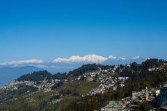 Vista de los jardines de la montaña y de té del kanchenjunga de Darjeeling la India Imágenes de archivo libres de regalías