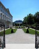 Vista de los jardines de Mirabell fotos de archivo libres de regalías