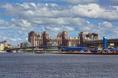 Vista de los nuevos distritos del santo Petersbug, Rusia fotos de archivo