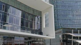 Vista de los nuevos edificios futuristas de la arquitectura del cuadrado de Gael Aulenti, Milán, Italia almacen de metraje de vídeo