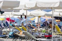 Vista de los parasoles en la playa de Katerini en Grecia Fotografía de archivo libre de regalías