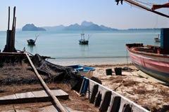 Vista de los pequeños barcos de pesca en Sunny Bay apacible en la costa de Tailandia Imagen de archivo libre de regalías