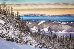 Vista de los picos de montaña de un rastro de montaña Foto de archivo