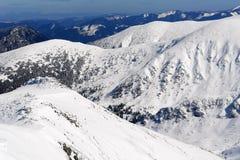 Vista de los picos nevosos y de las cuestas de las montañas Tatras bajo Imagen de archivo