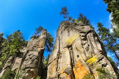 Vista de los pilares de la piedra arenisca Ciudad de la roca de Teplice-Adrspach Ciudad rocosa en Adrspach - reserva de naturalez Imagenes de archivo