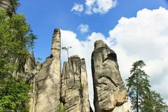 Vista de los pilares de la piedra arenisca Ciudad de la roca de Teplice-Adrspach Ciudad rocosa en Adrspach - reserva de naturalez Fotografía de archivo