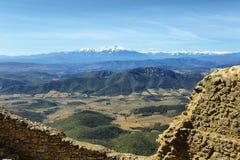 Vista de los Pirineos de Queribus Casttle Imagen de archivo libre de regalías