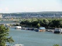 Vista de los restaurantes del flotador en el río Danubio, Belgrado, Serbia imagen de archivo libre de regalías
