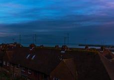 Vista de los tejados de edificios en una ciudad de la playa, en el backgro Imagen de archivo libre de regalías