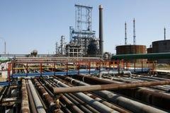 Vista de los tubos petroquímicos de la refinería del petróleo imagenes de archivo