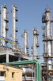 Vista de los tubos petroquímicos de la refinería del petróleo foto de archivo