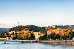 Vista de Lungadige com referência a Teodorico no centro histórico de Verona Foto de Stock Royalty Free