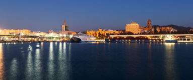 Vista de Málaga del puerto en crepúsculo Imágenes de archivo libres de regalías