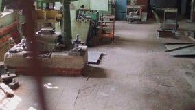 Vista de máquinas antiguas en taller obsoleto la cámara se mueve desde de arriba a abajo metrajes