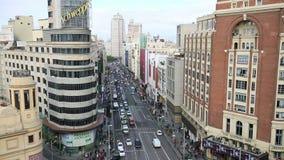 Vista de magnífico vía, de una calle principal en Madrid central, de la ciudad capital y más grande de España en 14 Ocotober 2016 almacen de metraje de vídeo