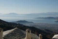 Vista de Makrinitsa, uma vila pequena em Volos, Grécia Fotos de Stock