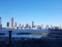 Vista de Manhattan através de Hudson River à skyline em New-jersey imagem de stock royalty free