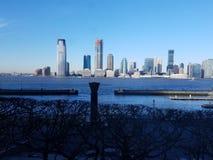 Vista de Manhattan através de Hudson River à skyline em New-jersey fotos de stock royalty free