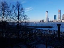Vista de Manhattan através de Hudson River à skyline de Jersey City foto de stock