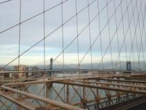 Vista de Manhattan e de ponte de Manhattan da ponte de Brooklyn em New York, NY Fotos de Stock